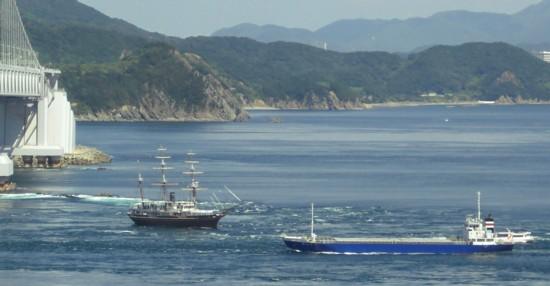 激しい流れの鳴門海峡を通る船