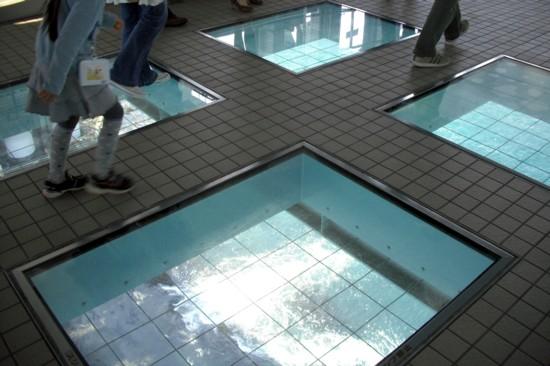渦の道の展望室にあるガラス床